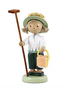 Gärtnerin mit Rechen